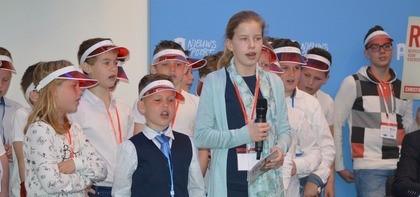 Groep 7-8 van de Ruitenbeekschool (Lunteren) zingt het lied 'Respect Voor Iedereen'.