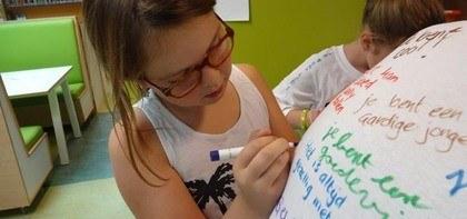 Complimenten op elkaars T-shirt schrijven tijdens Respectweek