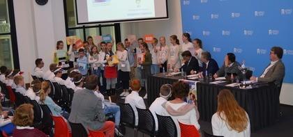 Presentatie gr. 8 van de Stadhouder Willem III school (Hendrik Ido Ambacht) met VET-partij, Veiligheid en Taalgebruik.