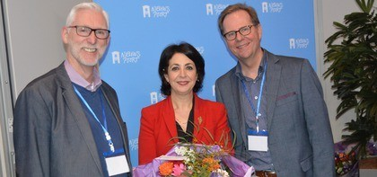 Gastdocenten Sjors van der Kraan en Kees Hazeleger poseren met mevr. Arib